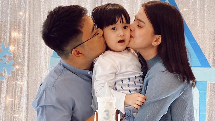 Alice Norin bersama suami dan putrinya, Alita