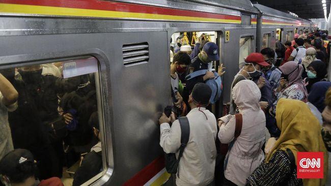 Penumpang memenuhi KRL Commuter Line  jurusan Bekasi dan Bogor di Stasiun Manggarai. Jakarta, Senin 13 April 2020. Pada hari ke-4 penerapan Pembatasan Sosial Berskala Besar (PSBB) di Jakarta, penumpang KRL masih banyak yang berdesak-desakan.
