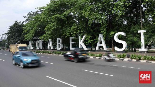 Suasana lalu lintas menjelang penerapan Pembatasan Sosial Berskala Besar (PSBB) di Bekasi, Jawa Barat, Selasa, 14 April 2020. PSBB Bekasi akan diberlakukan besok bersamaan kota Bogor, Kabupaten Bogor dan Kabupaten Bekasi. CNNIndonesia/Safir Makki