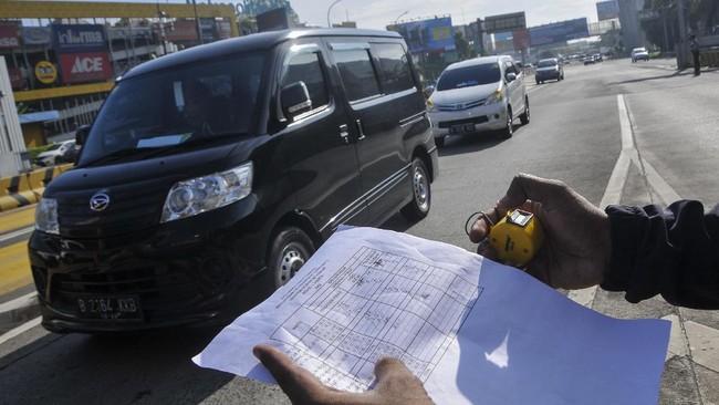 Petugas Dinas Perhubungan (Dishub) melakukan pendataan mobil kendaraan menuju Jakarta di gerbang tol Bekasi Barat, Jawa Barat, Rabu (8/4/2020). Gubernur Jawa Barat Ridwan Kamil mengajukan PSBB (Pembatasan Sosial Berskala Besar) di wilayah yang berdekatan dengan Jakarta yaitu Bekasi kota/kabupaten, Depok dan Bogor kota/kabupaten ke pemerintah pusat untuk mencegah penyebaran virus corona (COVID-19). ANTARA FOTO/ Fakhri Hermansyah/aww.