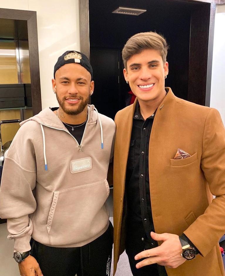 Ibunda Neymar, Nadine Goncalves, mencuri perhatian publik dunia usai menjadikan pria yang lebih muda 30 tahun darinya bernama Tiago Ramos sebagai kekasih.