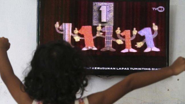 Seorang anak menonton televisi siaran perdana 'Belajar dari Rumah' tingkat PAUD yang diselenggarakan Kementerian Pendidikan dan Kebudayaan (Kemendikbud) di Kota Kediri, Jawa Timur, Senin (13/4/2020). Kemendikbud menyiapkan 720 episode untuk penayangan Belajar dari Rumah selama 90 hari di TVRI bagi pelajar tingkat PAUD hingga SMA. ANTARA FOTO/Prasetia Fauzani/hp.