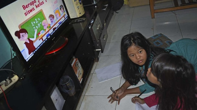 Dua murid sekolah dasar mengikuti proses belajar di rumah melalui siaran televisi akibat pandemi COVID-19 di Perum Widya Asri, di Serang, Banten, Selasa (14/4/2020). Mereka mengaku lebih bisa mengikuti siaran belajar di televisi karena lebih komunikatif dan sinyalnya lebih stabil dibanding melalui media internet. ANTARA FOTO/Asep Fathulrahman/foc.