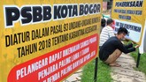 Pekerja menyelesaikan pembuatan rambu untuk penerapan Pembatasan Sosial Berskala Besar (PSBB) di wilayah Kota Bogor di Bogorled Teknolindo, Tegal Gundil, Kota Bogor, Jawa Barat, Senin (13/4/2020). Sebanyak 30 rambu yang terdiri dari rambu peringatan dan pemeriksaan tentang penerapan PSBB tersebut akan ditempatkan di sejumlah ruas jalan utama dan perbatasan di Kota Bogor yang akan dilaksanakan pada hari Rabu, 15 April 2020 mulai pukul 00.00 WIB. ANTARA FOTO/Arif Firmansyah/wsj.