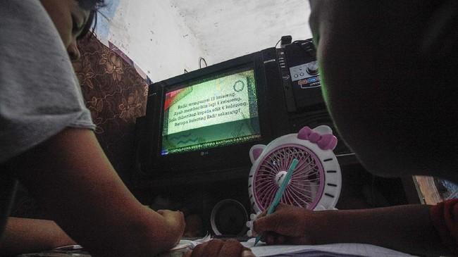 Siswa kelas 3 Sekolah Dasar (SD) mengikuti kegiatan belajar mengajar di rumah melalui siaran televisi TVRI di Depok, Jawa Barat, Selasa (14/4/2020). Program Belajar dari Rumah melalui siaran TVRI  merupakan bentuk upaya Kemendikbud membantu terselenggaranya pendidikan bagi semua kalangan masyarakat di masa darurat Covid-19, dan  Program Belajar ini bisa dinikmati oleh anak-anak dari tingkat PAUD, SD, SMP, SMA, hingga dewasa. ANTARA FOTO/Yulius Satria Wijaya/foc.