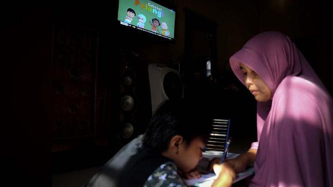 Komisi X DPR menilai Kemendikbud perlu menayangkan program khusus melatih orang tua yang akan mendampingi anaknya belajar di rumah selama pandemi corona.