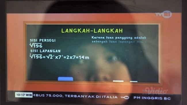 Refleksi seorang murid sekolah dasar (SD) belajar melalui siaran streaming TVRI di rumahnya, di Padang, Sumatera Barat, Senin (13/4/2020). Kemendikbud resmi meluncurkan program