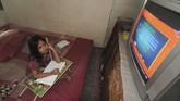 Seorang anak menyimak pembelajaran yang disiarkan melalui Televisi Republik Indonesia (TVRI) di Kelurahan Gladak Anyar, Pamekasan, Jawa Timur, Senin (13/4/2020). Kementerian Pendidikan dan Kebudayaan (Kemendikbud) menyiapkan 720 episode untuk penayangan Belajar dari Rumah selama 90 hari untuk PAUD hingga SMA melalui TVRI. ANTARA FOTO/Saiful Bahri/hp.