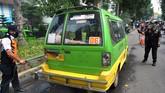Petugas Dishub Kota Bogor menyemprot cairan disinfektan ke mobil angkot sebagai upaya pencegahan penyebaran virus Corona (COVID-19) di Kota Bogor, Jawa Barat, Senin (13/4/2020). Pemerintah Kota Bogor akan menerapkan Pembatasan Sosial Berskala Besar (PSBB) pada Rabu, 15 April 2020 mulai pukul 00.00 WIB dan diberlakukan selama 14 hari serta setelahnya akan dievaluasi. ANTARA FOTO/Arif Firmansyah/hp.