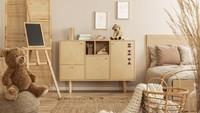 <p>Semua furnitur di kamar ini terbuat dari kayu dengan desain yang simpel tanpa ukiran. Warna cat dinding yang senada dengan furnitur membuat kamar ini terlihat manis dan romantis. (Foto: iStock)</p>