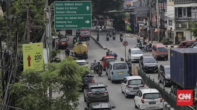 Suasana lalu lintas di jalan Sultan Agung saat pemberlakuan PSBB hari pertama. Bekasi. Jawa Barat, Rabu, 15 April 2020. CNN Indonesia/Adhi Wicaksono