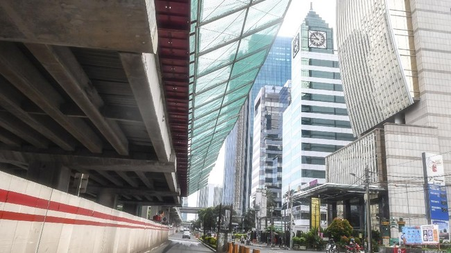 Kondisi Jalan H.R Rasuna Said, Kuningan yang sepi di Jakarta, Senin (6/4/2020) pukul 08.58 WIB. ANTARA FOTO/Muhammad Adimaja