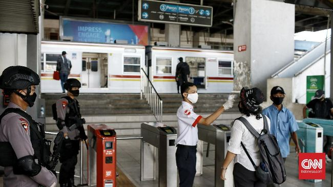 Stasiun Depok Baru terlihat sepi penumpang pada hari pertama penerapan PSBB di kota Depok. Rabu (15/4/2020). CNN Indonesia/Andry Novelino