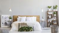 <p>Kalau tidak suka terlalu banyak elemen kayu, kamar ini bisa jadi alternatif nih, Bun. Kombinasikan furnitur kayu dengan cat dinding berwarna abu-abu dan beberapa tanaman dalam ruangan. (Foto: iStock)</p>