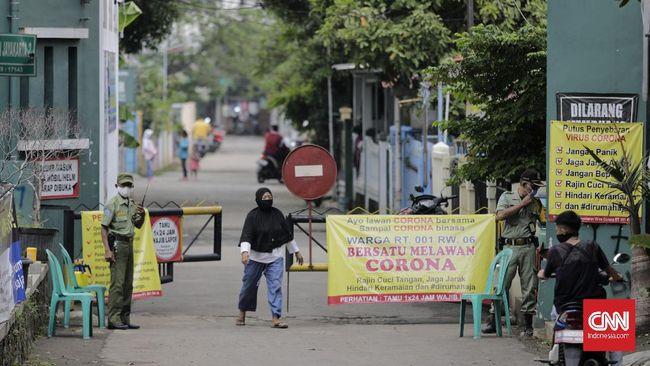 Sejumlah warga melakukan pengawasan mandiri pintu masuk wilayahnya pada hari pertama PSBB. Medan Satria, Bekasi, Jawa Barat, 15 April 2020. CNN Indonesia/Adhi Wicaksono