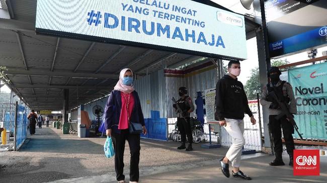 Penumpang commuterline yang akan berangkat ke Jakarta di Stasiun Bekasi, Jawa Barat, Rabu, 15 April 2020. Pembatasan Sosial Berskala Besar (PSBB)  dimulai hari ini di Kota Bekasi hingga 28 April 2020. CNNIndonesia/Safir Makki