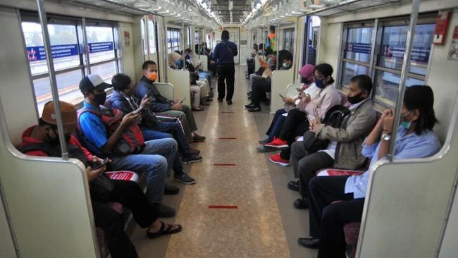 Sejumlah penumpang menggunakan masker dan duduk berjarak di dalam gerbong KRL Commuter Line, Stasiun Bogor, Jawa Barat, Rabu (15/4/2020). Pada hari pertama penerapan Pembatasan Sosial Berskala Besar (PSBB) di wilayah Kota Bogor, pengguna KRL Commuter Line masih berjalan normal dengan setiap jadwal keberangkatan memiliki jeda sekitar 5 hingga 10 menit dan pembatasan jumlah penumpang pada setiap gerbong. ANTARA FOTO/Arif Firmansyah/aww.