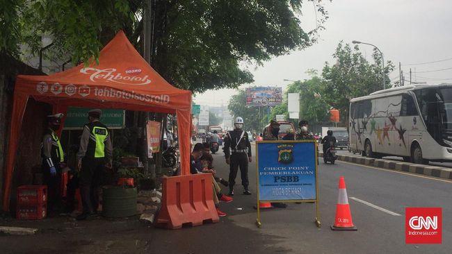 Pemerintah Provinsi Jawa Barat resmi menetapkan status Pembatasan Sosial Berskala Besar (PSBB) di 5 wilayah di Jawa Barat. Salah satu pintu jalan pintu masuk menuju Kota Bekasi dari Jakarta dijaga oleh petugas gabungan TNI/Polri dan Satpol PP, Rabu (15/4).