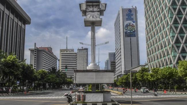 Kondisi jalan MH Thamrin yang sepi di Jakarta, Senin (6/4/2020) pukul 09.14 WIB. ANTARA FOTO/Muhammad Adimaja