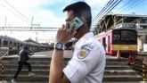 Petugas Kereta Api berkomunikasi dengan ponselnya di Stasiun Manggarai yang sepi di Jakarta, Senin (6/4/2020) pukul 07.19 WIB. ANTARA FOTO/Muhammad Adimaja