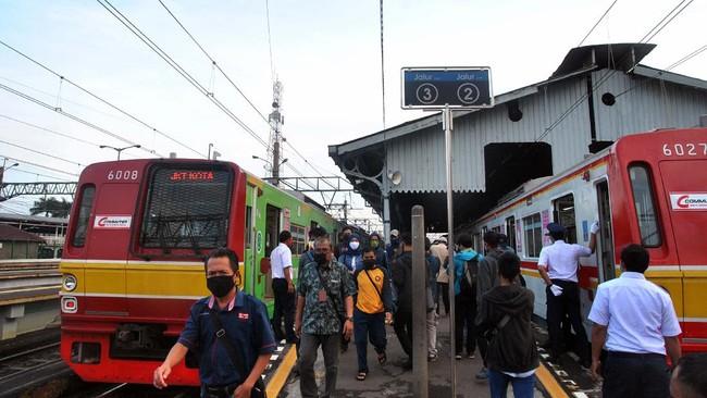 Sejumlah penumpang berjalan di dekat gerbong KRL Commuter Line di Stasiun Bogor, Jawa Barat, Rabu (15/4/2020). Pada hari pertama penerapan Pembatasan Sosial Berskala Besar (PSBB) di wilayah Kota Bogor, pengguna KRL Commuter Line masih berjalan normal dengan setiap jadwal keberangkatan memiliki jeda sekitar 5 hingga 10 menit dan pembatasan jumlah penumpang pada setiap gerbong. ANTARA FOTO/Arif Firmansyah/aww.