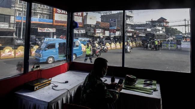 Suasana penerapan Pembatasan Sosial Berskala Besar (PSBB) di Cibinong, Kabupaten Bogor,  Jawa Barat, Rabu (15/4/2020). Pemerintah telah resmi menerapkan Pembatasan Sosial Berskala Besar (PSBB) di wilayah Bogor, Depok, dan Bekasi per hari ini dalam rangka percepatan penanganan COVID-19. ANTARA FOTO/Yulius Satria Wijaya/aww.