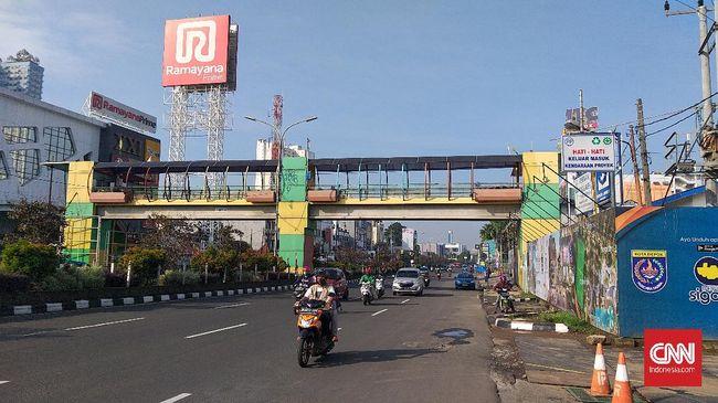 Sejumlah jalan raya di Kota Depok tak sepadat biasanya pada hari pertama penerapan PSBB, Rabu (15/4) pagi.