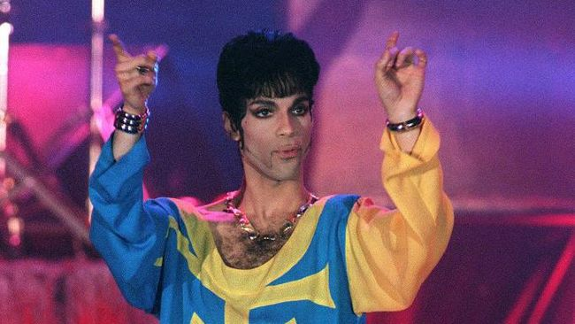 US musician Prince performs on stage during the 6th World Music Award ceremony in Monte-Carlo on May 5, 1994.  AFP PHOTO PATRICK HERTZOG (Photo by PATRICK HERTZOG / AFP)