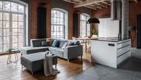 Jendela dan lampu besar menjadi sumber cahaya yang bisa mempercantik ruang tamu. (Foto: iStock)