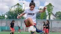 <p>Di usia 10 tahun, Zahra sudah bisa <em>juggling</em> dan <em>passing</em> bola lho. Katanya, itu benar-benar bisa karena sering latihan sendiri tanpa diajari. (Foto: Instagram @zahmuz12)</p>
