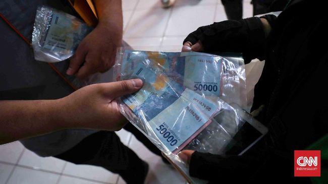 Menteri Keuangan Sri Mulyani mengungkapkan nilai bansos tunai untuk 10 juta keluarga penerima manfaat akan diturunkan menjadi Rp200 ribu pada 2021.