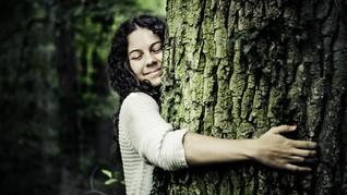Peluk Pohon, Cara Islandia Jaga Jarak Fisik dan Ramah Alam