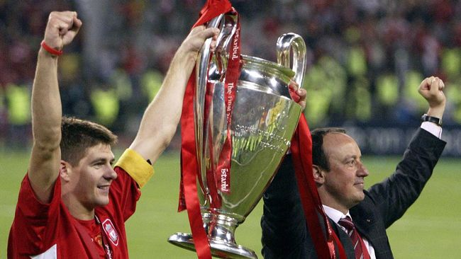 Liverpool's captain Steven Gerrard holds the throphy with Liverpool's Spanish Manager Rafael Benitez at the end of the UEFA Champions league football final AC Milan vs Liverpool, 25 May 2005 at the Ataturk Stadium in Istanbul.  Liverpool won 3-2 on penalties.    AFP PHOTO MUSTAFA OZER (Photo by MUSTAFA OZER / AFP)