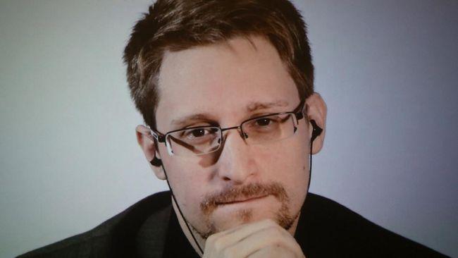 Mantan staf Badan Keamanan Nasional Amerika Serikat, Edward Snowden, dilaporkan diberikan izin tinggal permanen di Rusia.