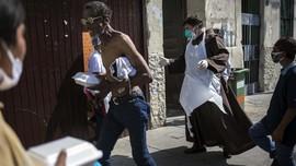 FOTO: Warga Miskin Peru Berburu Bahan Makanan saat Pandemi