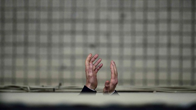 A resident applauds from a balcony during lockdown to prevent the spread of the coronavirus, in Pamplona, northern Spain, Monday, April 13, 2020.  COVID-19 causes mild or moderate symptoms for most people, but for some, especially older adults and people with existing health problems, it can cause more severe illness or death. (AP Photo/Alvaro Barrientos)