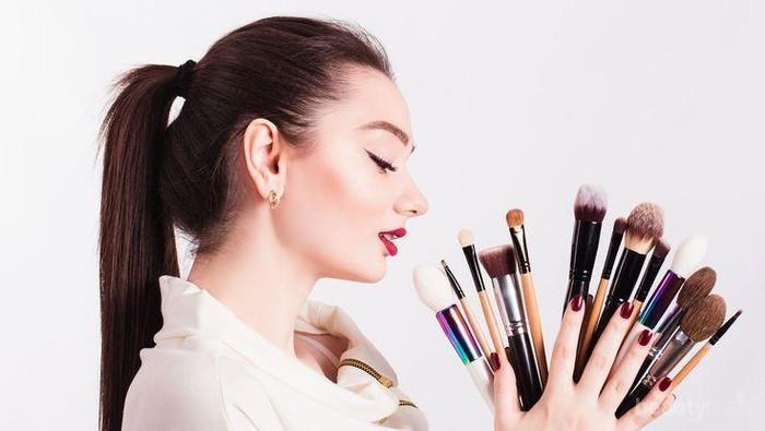 Malas Membersihkan Alat Make Up? Waspadai 4 Hal Berbahaya Ini!