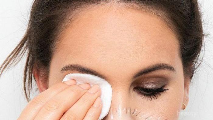 Ladies, Perhatikan 4 Hal Ini Saat Membersihkan Makeup!
