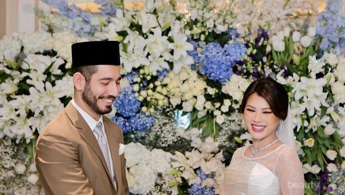 Penampilan Cantik Sepupu Ipar Nia Ramadhani dengan Kebaya Sederhana  di Pernikahan Kedua