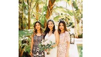 <p>Dari keluarga Azhari, terlihat Sarah Azhari dan Tia Azhari hadir di pernikahannya. Foto: Instagram @razhaarita)</p>