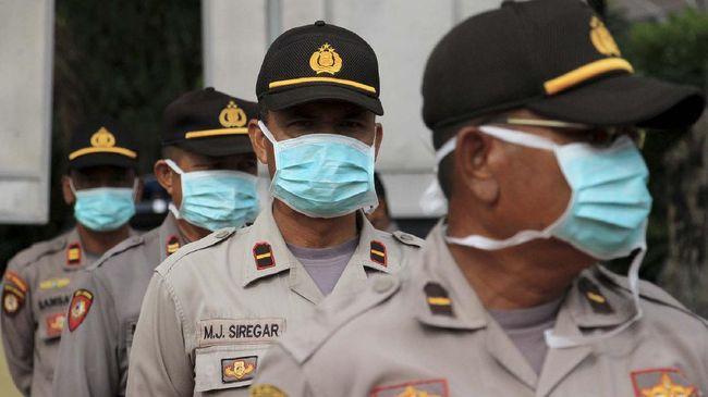 Sejumlah Personel Kepolisian Polres Aceh Barat memakai masker saat mengikuti Simulasi Tactical Floor Game di halaman Mapolres Aceh Barat, Aceh, Selasa (7/4/2020). Organisasi Kesehatan Dunia (WHO) telah mengeluarkan rekomendasi terbaru untuk semua orang yang keluar rumah agar menggunakan masker sebagai upaya mengurangi resiko penyebaran dan penularan COVID-19. ANTARA FOTO/Syifa Yulinnas/hp.