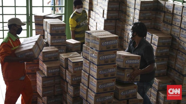 Pegawai Aparatur Sipil Negara (ASN) mengemas paket sembako ke dalam kantong di Stadion Patriot Candrabaga, Bekasi, Jawa Barat, Minggu, 19 April 2020. Pemkot Bekasi mendistribusikan bantuan 3.700 paket sembako dari Kemensos untuk 56 kelurahan. CNNIndonesia/Safir Makki