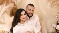 <p>Tak sendiri, Tasya juga ditemani sang suami, Ahmad Assegaf. (Foto: Instagram @tasyafarasya)</p>