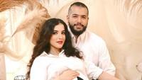 <p>Maternity shoot di rumah, pasangan yang menikah pada 18 Februari 2018 ini terlihat lebih santai. (Foto: Instagram @tasyafarasya)</p>