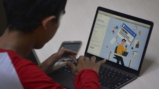 Warga mencari informasi tentang pendaftaran program Kartu Prakerja gelombang kedua di Jakarta, Senin (20/4/2020). Pemerintah membuka gelombang kedua pendaftaran program yang bertujuan memberikan keterampilan untuk kebutuhan industri dan wirausaha itu mulai Senin ini hingga dengan Kamis (23/4/2020) melalui laman resmi www.prakerja.go.id. ANTARA FOTO/Aditya Pradana Putra/wsj.