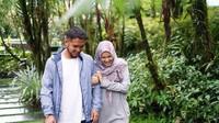 <p>Pasangan ini terlihat sangat bahagia ya, Bunda? Kita doakan langgeng ya, Dewi Sandra dan Agus. (Foto: Instagram @dewisandra)</p>
