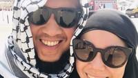 <p>Semenjak menjadi istri Agus, Dewi Sandra terlihat lebih tertutup, ia bahkan berhijrah dengan konsisten mengenakan jilbab. (Foto: Instagram @dewisandra)</p>