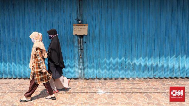 Sejumlah toko tutup  sementara selama pelaksanaan Pembatasan Sosial Berskala Besar (PSBB) di Bekasi, Jawa Barat, Senin, 20 April 2020. Penutupan toko selama PSBB berlangsung hingga 29 April. CNNIndonesia/Safir Makki