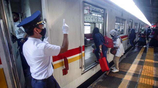 Suasana KRL Commuter Line di Stasiun Bojonggede,  Bogor, Jawa Barat, Senin (20/4/2020). Badan Pengelola Transportasi Jabodetabek (BPTJ) menyatakan Pengguna transportasi di wilayah Jakarta, Bogor, Depok, Tangerang, dan Bekasi (Jabodetabek) menurun selama pandemi COVID-19 di Indonesia. ANTARA FOTO/Yulius Satria Wijaya/hp.