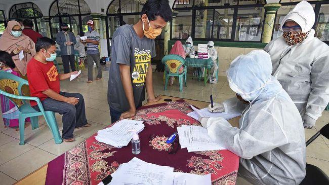 Warga menjalani tes cepat COVID-19 di Kampung Banjaragung, Cipocok, Serang, Banten, Senin (20/4/2020). Untuk menyelematkan dan melindungi lebih banyak warga dari Pandemi COVID-19 Pemprov Banten mencanangkan strategi percepatan dengan target bisa melakukan tes cepat tiga ribu spesimen per hari terutama di zona merah serta semua titik sebaran pandemi yang mematikan itu. ANTARA FOTO/Asep Fathulrahman/hp.